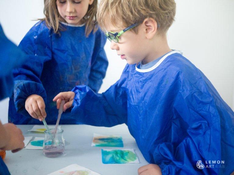 Niños hacen experimentos creativos