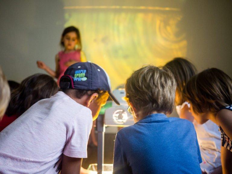 Niños experimentan con la luz y el color