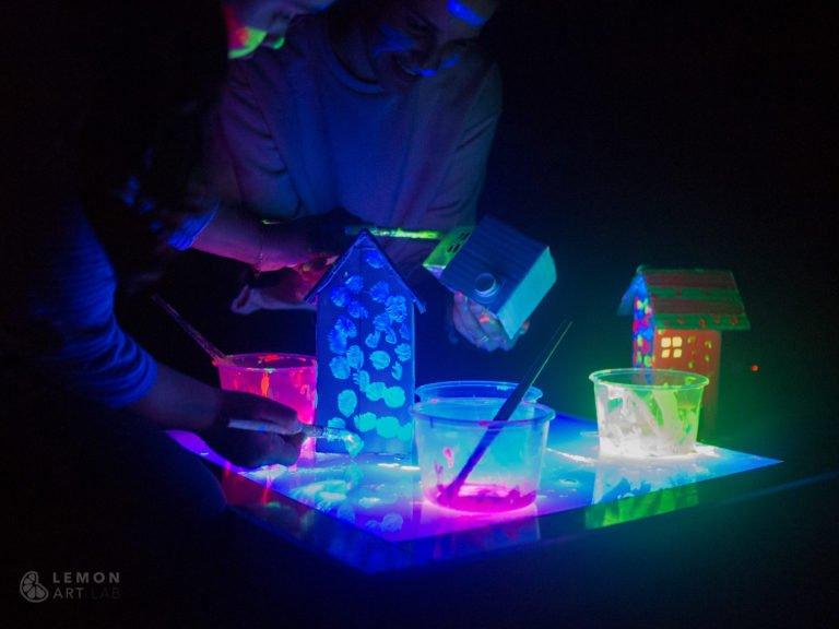 Familia pintando con materiales fluorescente