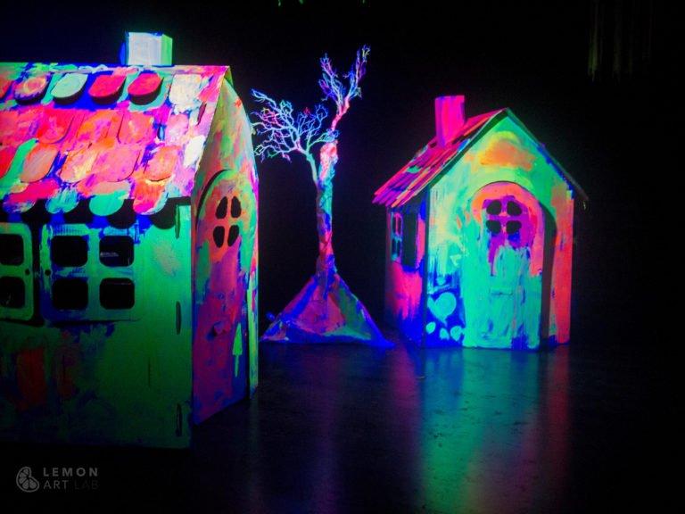 Casas decoradas con pintura fluorescente