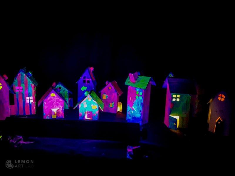 Casas de juguete de colores fluorescentes