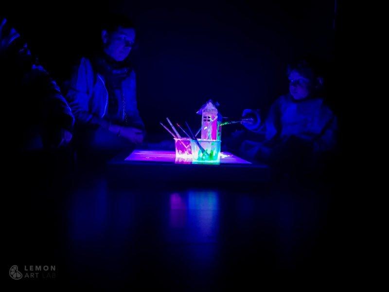 Familia pintando en luz ultravioleta