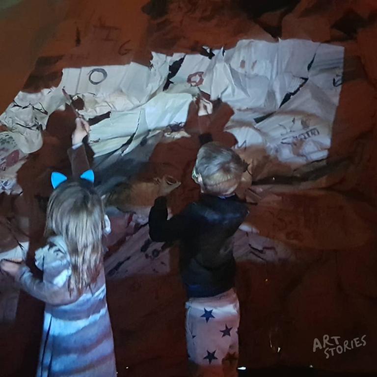 niños pintando cueva prehistórica