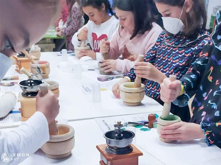 Niños trabajando con pigmentos tradicionales