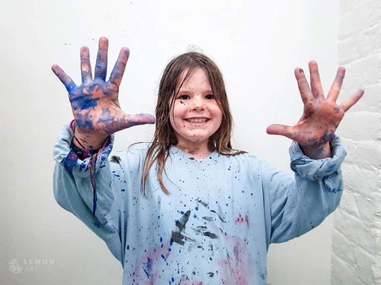 Niño en un taller de pintura de acción