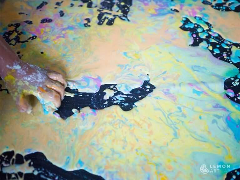 Niño pequeño juega con pintura sensorial