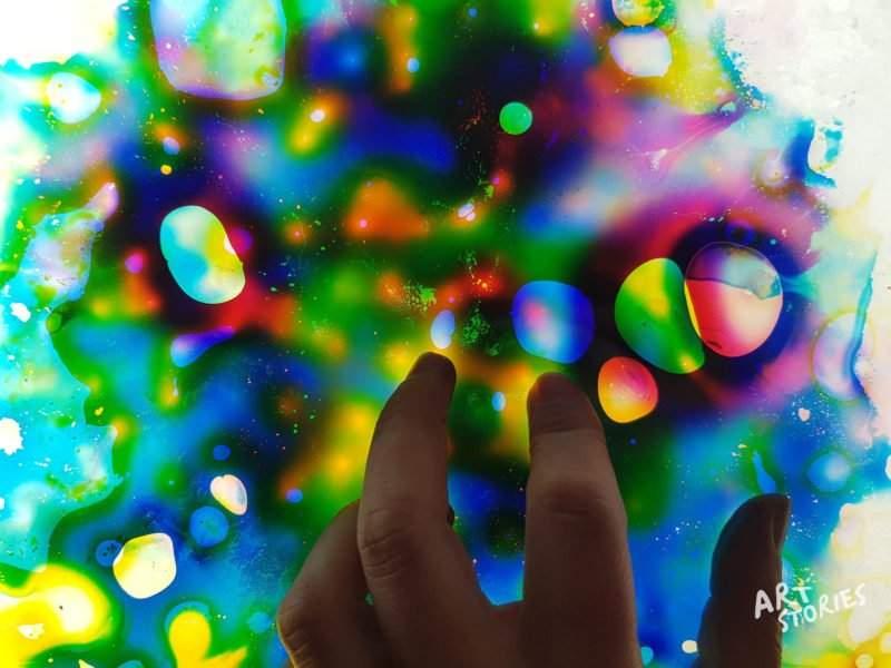 mezclas de colores en la mesa de luz